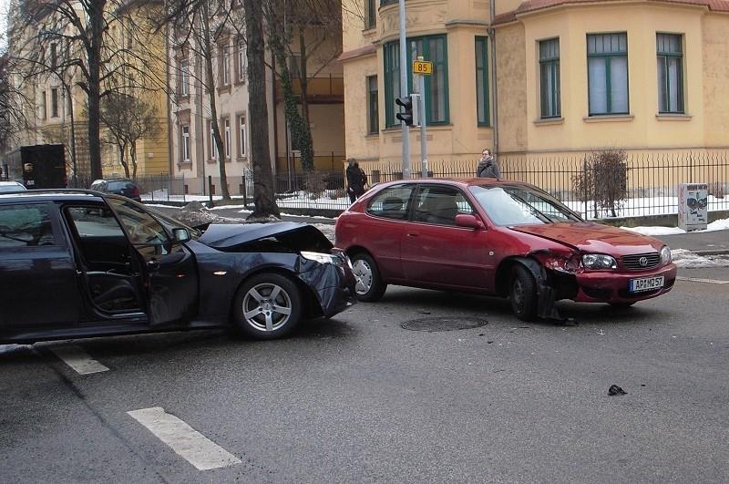 europe 911 european union cars european parliament crash emergency calls vehicle crash in-vehicle phone