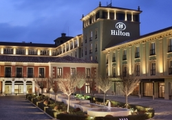Hilton plans to completely replace room keys with smartphones by 2016