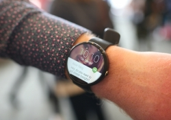 Could the Moto 360 be made of plastic instead of metal?
