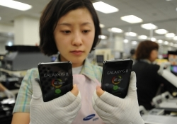 Samsung's employee count absolutely dwarfs the competition